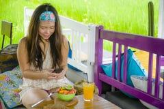 Νέα ευτυχής και αρκετά ψηφιακή ασιατική κορεατική γυναίκα νομάδων που παίρνει την εικόνα της σαλάτας φρούτων με την κινητή τηλεφω Στοκ φωτογραφίες με δικαίωμα ελεύθερης χρήσης