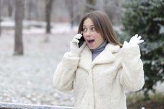 Νέα ευτυχής και ικανοποιημένη γυναίκα που τηλεφωνά στο πάρκο στοκ φωτογραφίες