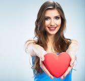 Νέα ευτυχής κόκκινη καρδιά συμβόλων αγάπης λαβής γυναικών στο studi Στοκ Εικόνες