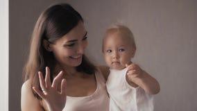 Νέα ευτυχής μητέρα που κρατά το νεογέννητο παιδί της διάνυσμα εικόνας οικογενειακών κατοικιών jpg Όμορφο χαμόγελο Mom και ευτυχές απόθεμα βίντεο