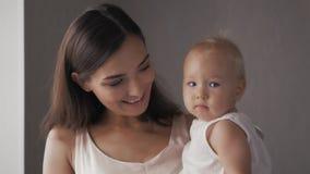 Νέα ευτυχής μητέρα που κρατά το νεογέννητο παιδί της διάνυσμα εικόνας οικογενειακών κατοικιών jpg Όμορφο χαμόγελο Mom και ευτυχές φιλμ μικρού μήκους