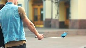 Νέα ευτυχής παίρνοντας selfie φωτογραφία ζευγών με το smartphone φιλμ μικρού μήκους