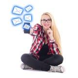 Νέα ευτυχής συνεδρίαση γυναικών blondie και αποστολή sms από το κινητό pH Στοκ Φωτογραφία