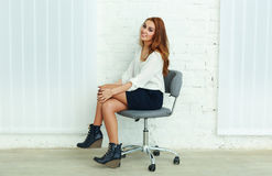 Νέα ευτυχής συνεδρίαση επιχειρηματιών στην καρέκλα Στοκ Φωτογραφίες