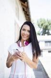 Νέα ευτυχής χαμογελώντας γυναίκα με το τηλέφωνο Στοκ Φωτογραφίες