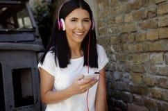 Νέα ευτυχής χαμογελώντας γυναίκα με το τηλέφωνο Στοκ εικόνα με δικαίωμα ελεύθερης χρήσης