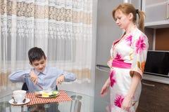 Νέα ευτυχής όμορφη μητέρα και η κατανάλωση παιδιών της στοκ φωτογραφίες