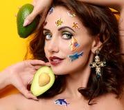 Νέα ευτυχής όμορφη σγουρή γυναίκα μόδας με τα ψάρια κινούμενων σχεδίων stic Στοκ Φωτογραφίες