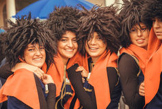Νέα ευτυχή της Γεωργίας κορίτσια στα παραδοσιακά μαύρα καπέλα στο πλήθος των ανθρώπων κατά τη διάρκεια της ημέρας πόλεων Στοκ φωτογραφία με δικαίωμα ελεύθερης χρήσης
