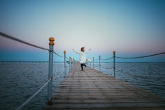 Νέα ευτυχή τρεξίματα γυναικών σε πιό apier Στοκ Φωτογραφία