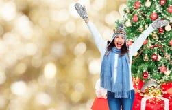 Νέα ευτυχή Χριστούγεννα εορτασμού γυναικών. στοκ φωτογραφίες