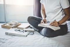 Νέα ευτυχία γυναικών στην κρεβατοκάμαρα στην απόλαυση των βιβλίων ανάγνωσης, ειδήσεις στοκ εικόνες με δικαίωμα ελεύθερης χρήσης