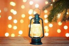 Νέα ευχετήρια κάρτα έτους με έναν φωτεινό φακό κάτω από ένα χριστουγεννιάτικο δέντρο Στοκ εικόνες με δικαίωμα ελεύθερης χρήσης