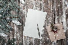 Νέα ευχετήρια κάρτα έτους ` s στο παλαιό ξύλινο υπόβαθρο, με το διάστημα για να αφήσει ένα μήνυμα για Santa Στοκ Εικόνες