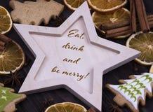 Νέα ευχετήρια κάρτα διακοπών έτους Χριστουγέννων Χριστουγέννων με τα ξύλινα μπισκότα και το κείμενο χριστουγεννιάτικων δέντρων πο Στοκ φωτογραφία με δικαίωμα ελεύθερης χρήσης