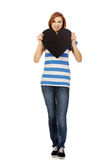 Νέα εφηβική γυναίκα που κρατά τη μαύρη καρδιά εγγράφου Στοκ Φωτογραφία