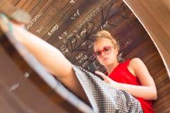 Νέα εύθυμη γυναίκα που χρησιμοποιεί το smarthphone Στοκ Εικόνα