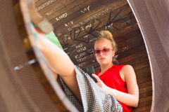Νέα εύθυμη γυναίκα που χρησιμοποιεί το smarthphone Στοκ φωτογραφία με δικαίωμα ελεύθερης χρήσης