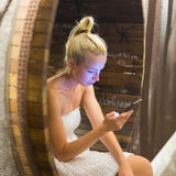 Νέα εύθυμη γυναίκα που χρησιμοποιεί το smarthphone Στοκ Φωτογραφίες