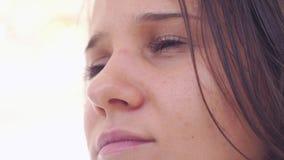 Νέα εύθυμη γυναίκα brunette με το ονειροπόλο βλέμμα 3840x2160 απόθεμα βίντεο
