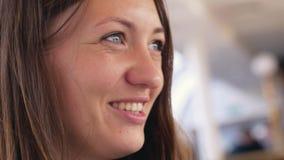 Νέα εύθυμη ομιλούσα γυναίκα με το ονειροπόλο βλέμμα 3840x2160 απόθεμα βίντεο