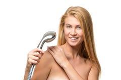 Νέα ελκυστικά ξανθά γυναίκα και μπλε μάτια σε μια πετσέτα Στοκ φωτογραφία με δικαίωμα ελεύθερης χρήσης