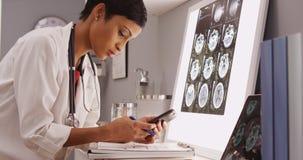 Νέα ελκυστικά texting αποτελέσματα γιατρών των ανιχνεύσεων εγκεφάλου Στοκ εικόνες με δικαίωμα ελεύθερης χρήσης