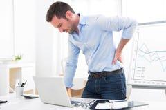 Νέα ελκυστική αποκτημένος επιχείρηση πόνος στην πλάτη λόγω του εγκαύματος έξω Στοκ φωτογραφία με δικαίωμα ελεύθερης χρήσης