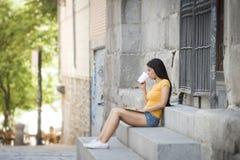 Νέα ελκυστική λατινική γυναίκα στα καθιερώνοντα τη μόδα περιστασιακά ενδύματα που μελετούν ή που λειτουργούν στο φορητό προσωπικό Στοκ φωτογραφία με δικαίωμα ελεύθερης χρήσης