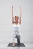 Νέα ελκυστική γιόγκα άσκησης γυναικών στο εσωτερικό Στοκ εικόνα με δικαίωμα ελεύθερης χρήσης