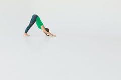 Νέα ελκυστική γιόγκα άσκησης γυναικών E Έννοια Wellness κλάσεις στοκ φωτογραφία με δικαίωμα ελεύθερης χρήσης
