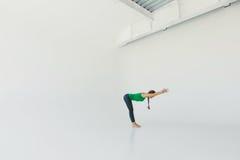 Νέα ελκυστική γιόγκα άσκησης γυναικών E Έννοια Wellness κλάσεις στοκ εικόνες