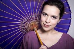 Νέα ελκυστική γυναίκα με την παραδοσιακή ιαπωνική ομπρέλα Στοκ Φωτογραφία