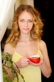 Νέα ελκυστική γυναίκα με το φλιτζάνι του καφέ Στοκ Φωτογραφία