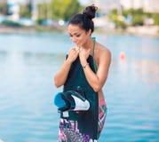Νέα ελκυστική γυναίκα με το wakeboard Στοκ φωτογραφία με δικαίωμα ελεύθερης χρήσης