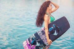 Νέα ελκυστική γυναίκα με το wakeboard Στοκ εικόνα με δικαίωμα ελεύθερης χρήσης
