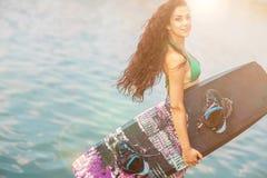 Νέα ελκυστική γυναίκα με το wakeboard Στοκ Εικόνες
