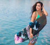 Νέα ελκυστική γυναίκα με το wakeboard Στοκ Εικόνα