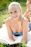 Νέα ελκυστική γυναίκα που διαβάζει ένα βιβλίο Στοκ Φωτογραφίες