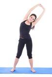 Νέα ελκυστική γυναίκα που κάνει την άσκηση ικανότητας που απομονώνεται στο λευκό Στοκ Εικόνα
