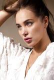 Νέα ελκυστική γυναίκα που κρατά την τρίχα της Στοκ εικόνα με δικαίωμα ελεύθερης χρήσης