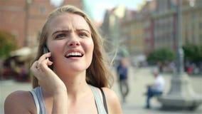 Νέα ελκυστική γυναίκα που μιλά στο κινητό τηλέφωνο στην πόλη της Πολωνίας, Wroclaw απόθεμα βίντεο