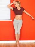 Νέα ελκυστική γυναίκα που στηρίζεται μετά από μια ικανότητα Workout Στοκ Φωτογραφίες