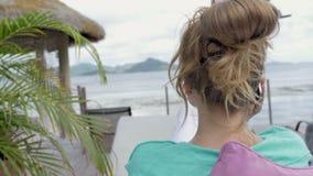 Νέα ελκυστική γυναίκα στα γυαλιά ηλίου που μιλούν στο τηλέφωνο στην πισίνα στο τροπικό θέρετρο απόθεμα βίντεο