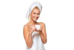 Νέα ελκυστική γυναίκα στην πετσέτα που κρατά ένα φλυτζάνι Στοκ Εικόνα