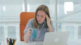 Νέα ελκυστική επιχειρηματίας που έχει τον ξαφνικό πονοκέφαλο στο γραφείο Έννοια υγειονομικής περίθαλψης και πίεσης απόθεμα βίντεο