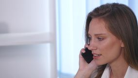 Νέα ελκυστική επιχειρηματίας που μιλά στο τηλέφωνο στο γραφείο Στοκ φωτογραφίες με δικαίωμα ελεύθερης χρήσης