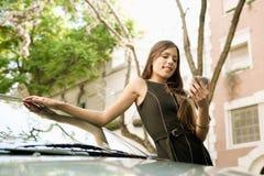 Επιχειρηματίας που κλίνει στο αυτοκίνητο με το smartphone. Στοκ φωτογραφίες με δικαίωμα ελεύθερης χρήσης
