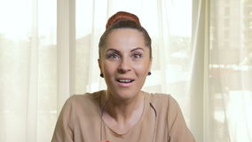 Νέα ελκυστική επιχειρησιακή γυναίκα που μένει καταπληκτική και έκπληκτη απόθεμα βίντεο