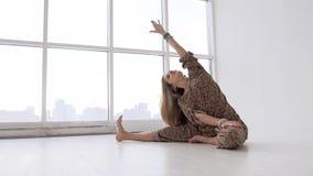 Νέα ελκυστική λεπτή γιόγκα άσκησης γυναικών απόθεμα βίντεο